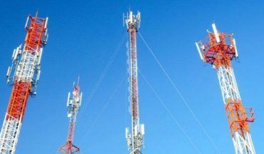 cell-tower-group-with-blue-sky-702x336